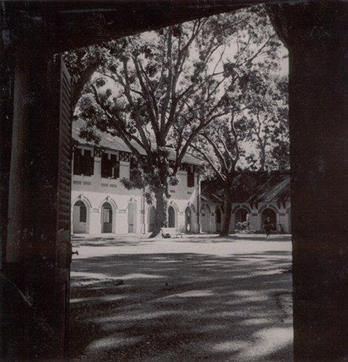 Ngôi trường gần 100 tuổi của thành phố mang tên Bác. Nguồn: Internet